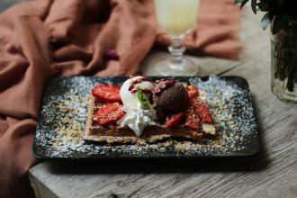 Куштуйте найсмачніші бельгійські вафлі у самому серці Львова , Familia Wine&Waffles фото #6