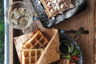 Куштуйте найсмачніші бельгійські вафлі у самому серці Львова , Familia Wine&Waffles фото #11
